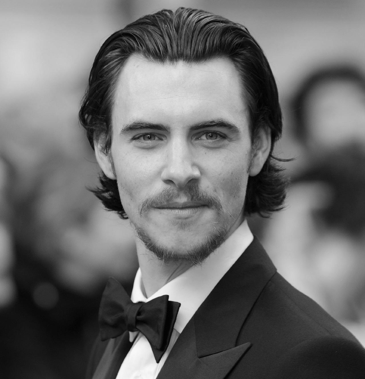 harry lloyd gif hunt